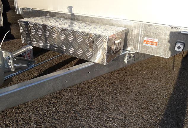 1 Achs Hochlader, 1 Achs Hochlader Marke: EDUARD, PKW-Anhänger mit Werkzeugbox, Ansicht von schräg vorne, Aufnahme im Freien