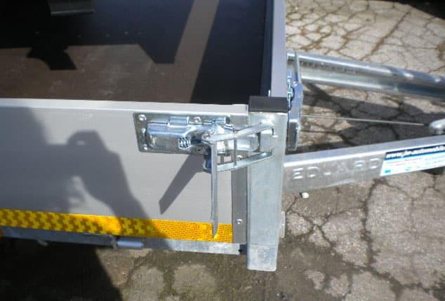 Anhänger EDUARD Bordwand mit Anhänger Verschluss, 2 Achs Hochlader Bordwand mit Ladefläche, Ansicht von rechts oben, Aufnahme im Freien