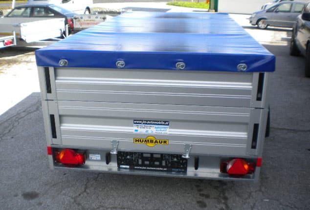 2 Achs Anhänger, HUMBAUR 2 Achs mit Plane, Hochlader mit Plane, Planenfarbe: blau, Ansicht von hinten, Aufnahme im Freien