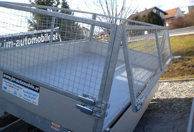 Kipper EDUARD, Anhänger mit Kippfunktion, Anhänger mit Aufbau, Bordwand geöffnet, Ansicht von schräg/hinten, Aufnahme im Freien