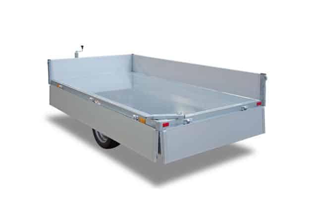 Kipper, 1 Achs Kipper, 1 Achs PKW-Anhänger mit Kippfunktion, Kipper HUMBAUR, Bordwände geöffnet, Ansicht von hinten/schräg, Hintergrund weiß