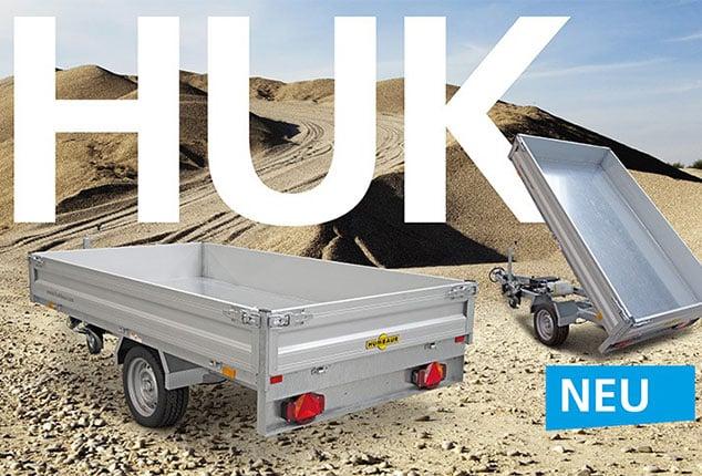 Auto-Anhänger Kipper HUMBAUR HUK, Kipper nach hinten gekippt, Rückwand geöffnet, Ansicht von hinten/schräg, Aufnahme auf der Baustelle