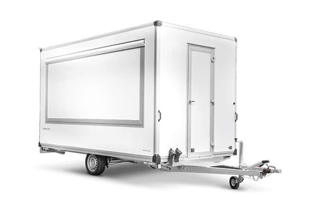 Imbisswagen, Verkaufsanhänger, HUMBAUR, 1 Achs Kofferanhänger, Anhänger-Seitenteile geschlossen, Farbe weiß, Ansicht schräg vorne, Hintergrund weiß