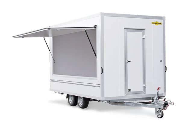 Imbisswagen, Verkaufsanhänger, HUMBAUR, 2 Achs Kofferanhänger, Anhänger-Seitenteile geöffnet, Farbe weiß, Ansicht schräg vorne, Hintergrund weiß