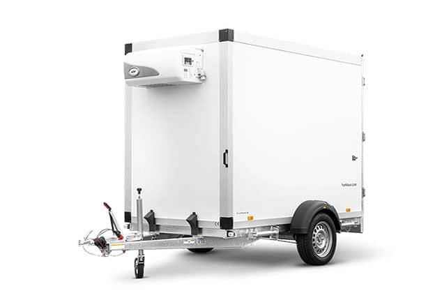 PKW-Anhänger mit Kühlung, HUMBAUR Kofferanhänger mit Kühlung, 1 Achs Kühlanhänger, Farbe weiß, Ansicht schräg vorne, Hintergrund weiß