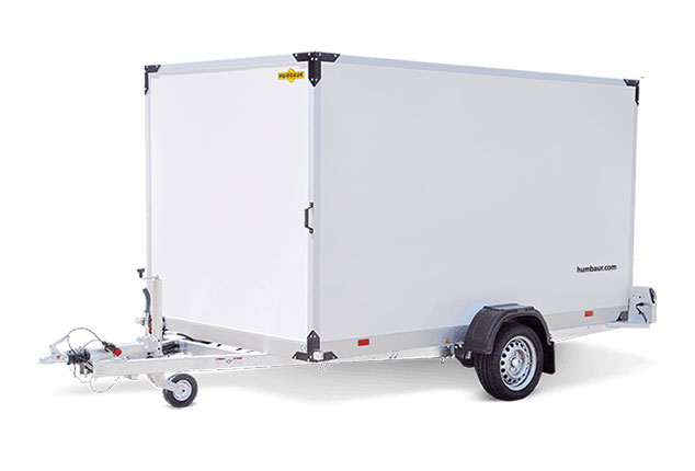 HUMBAUR Kofferanhänger, 1 Achs Kofferanhänger, HUMBAUR Plywood Anhänger, Anhänger geschlossen, Farbe weiß, Ansicht schräg vorne, Hintergrund weiß