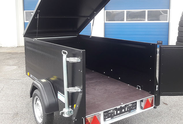 Kofferanhänger TPV, PKW-Anhänger, Kofferanhänger geöffnet, Farbe schwarz, Ansicht schräg von hinten, Aufnahme im Freien