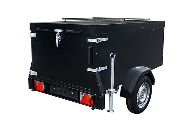PKW-Anhänger, Kofferanhänger TPV, Kofferanhänger geschlossen, Farbe schwarz, Ansicht schräg hitnen, Hintergrund weiß
