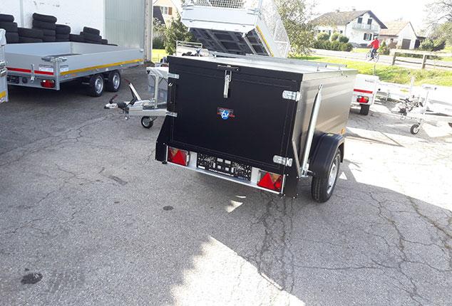 PKW-Anhänger, Kofferanhänger TPV, Kofferanhänger geschlossen, Farbe schwarz, Ansicht von hinten, Aufnahme im Freien