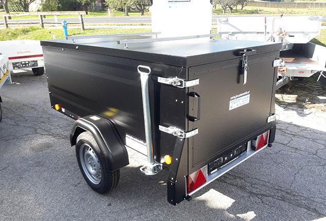 PKW-Anhänger, Kofferanhänger TPV mit Abstellstütze und Verschluss, TPV Kofferanhänger geschlossen, Farbe schwarz, Ansicht seitlich hinten, Aufnahme im Freien