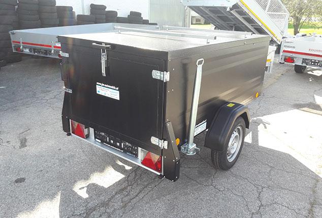 TPV Kofferanhänger, PKW-Anhänger, Farbe schwarz, Ansicht schräg hinten, Aufnahme im Freien