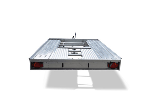 günstiger PKW-Fahrzeugtranspoter ohne Fahrzeug, Ansicht von hinten, Aufnahme Hintergrund weiß