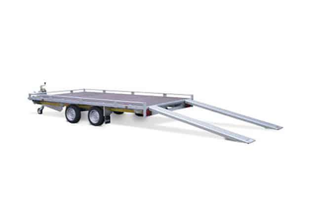 Fahrzeugtransporter mit Verladeschienen, Marke EDUARD, 2 Achs Fahrzeugtransporter Anhänger, Ansicht seitlich, Aufnahme Hintergrund weiß