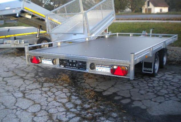 günstiger EDUARD Fahrzeugtransporter mit Verladeschienen, Ansicht schräg hinten, Aufnahme im Freien