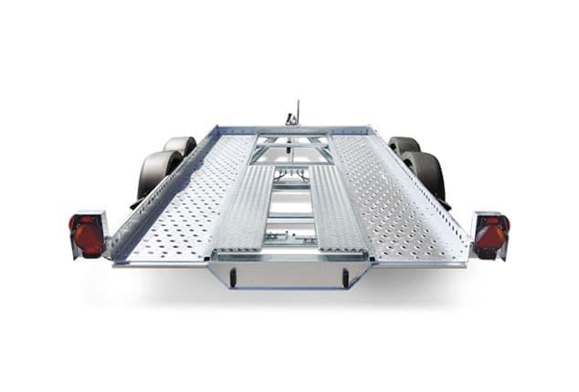 PKW-Anhänger HUMBAUR, Fahrzeugtransporter HUMBAUR, PKW-Transporter, Ansicht von hinten, Aufnahme Hintergrund weiß