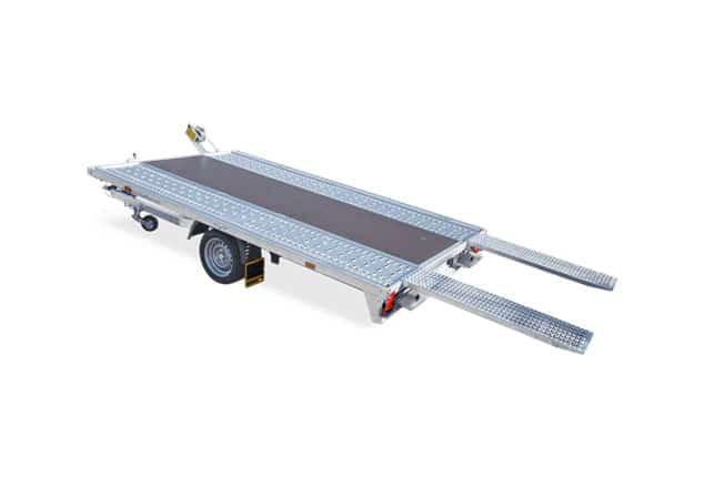 1 Achs Fahrzeugtransporter HUMBAUR MTK, PKW Anhänger HUMBAUR MTK, PKW Anhänger mit Auffahrtsrampen, Ansicht von schräg hinten, Aufnahme Hintergrund weiß