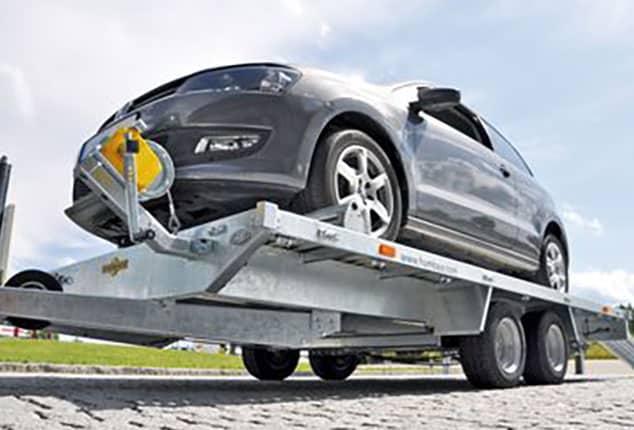 Universal PKW und Fahrzeugtransporter HUMBAUR, Fahrzeugtransporter mit PKW geladen, PKW aufgeladen, Ansicht von schräg unten, Aufnahme im Freien
