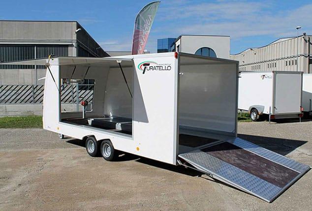 Fahrzeugtransporter Turatello F20, Anhänger für Transport von Rennautos, PKW-Anhänger Rennautos, Ansicht seitlich, Aufnahme im Freien