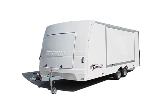 PKW-Anhänger Turatello F20 Fahrzeugtransporter, Rennauto Transporter, PKW-Anhänger für Rennautos, Seitenteile geschlossen, Ansicht schräg vorne, Aufnahme Hintergrund weiß