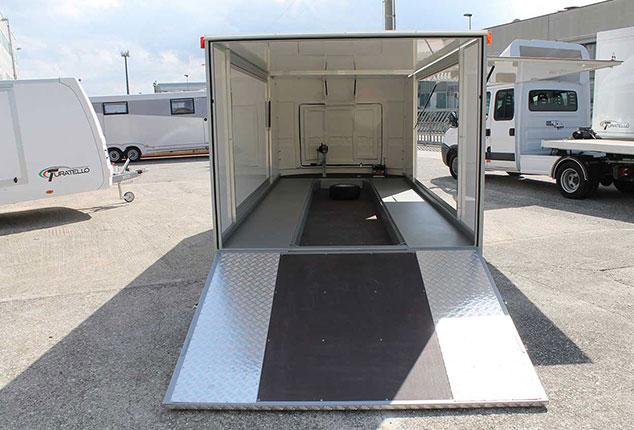 Auto Anhänger, Renn Auto Anhänger, Turatello F20, Auffahrtsrampe und Seiteteile geöffnet, Ansicht von hinten, Aufnahme im Freien