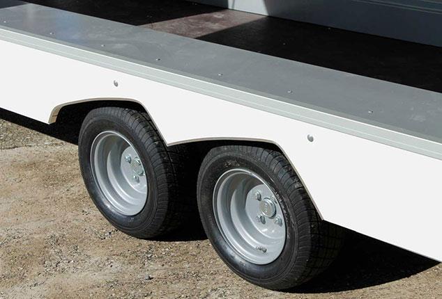 Turatello F20 Anhänger Bereifung, Fahrzeugtransporter Anhänger Turatello F20 Reifen, 2 Achs Anhänger, Ansicht schräg seitlich auf Reifen und Felgen, Aufnahme im Freien