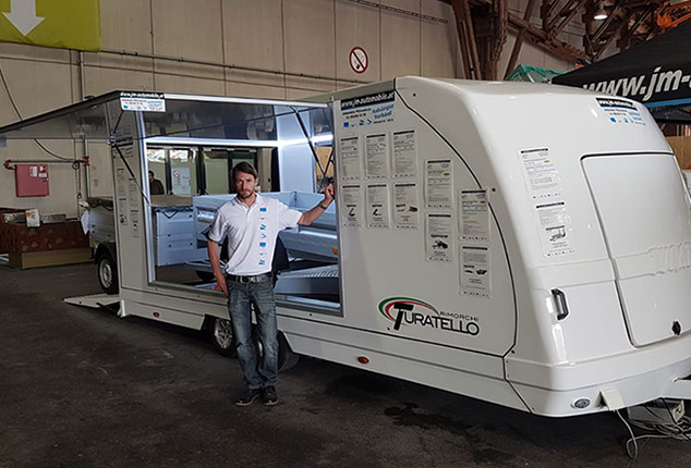 Turatello F20 PKW-Anhänger, Anhänger für Sportwagen, Aufnahme bei Messestand in Halle, Anhänger Seitenteil geöffnet