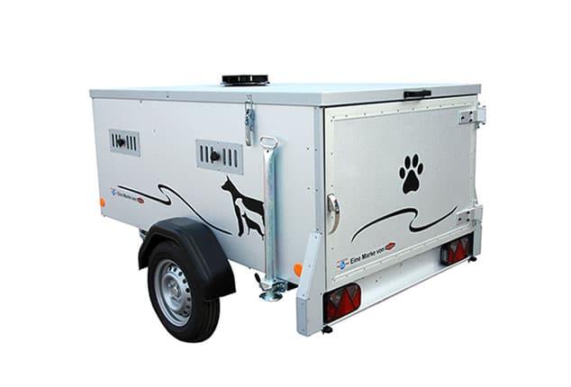 PKW-Hundeanhänger TPV, TPV HT-EU2 Dog3 Plus2, PKW-Hundetransporter, Ansicht hinten links seitlich, Aufnahme Hintergrund weiß