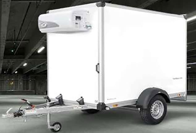PKW-Kühlanhänger, Kühlanhänger HUMBAUR, 1 Achs Kühl-Anhänger, Auto-Kühlanhänger, HUMBAUR Kühler, Kühlanhänger Farbe weiß, Seitenteile geschlossen, Ansicht schräg vorne, Aufnahme im Freien