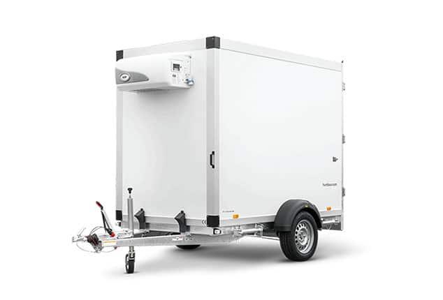 HUMBAUR 1 Achs Kühl-Anhänger, HUMBAUR Kühl-Anhänger, Kühl-Anhänger Farbe weiß, Ansicht schräg/Vorne, Aufnahme Hintergrund weiß