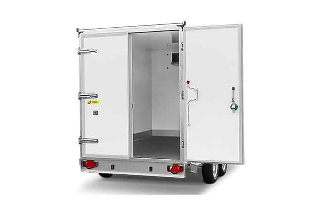 HUMBAUR Kühl Anhänger, PKW 2 Achs Kühlanhänger, Kühlanhänger Farbe weiß, Türe hinten geöffnet, Ansicht von hinten, Aufnahme Hintergrund weiß