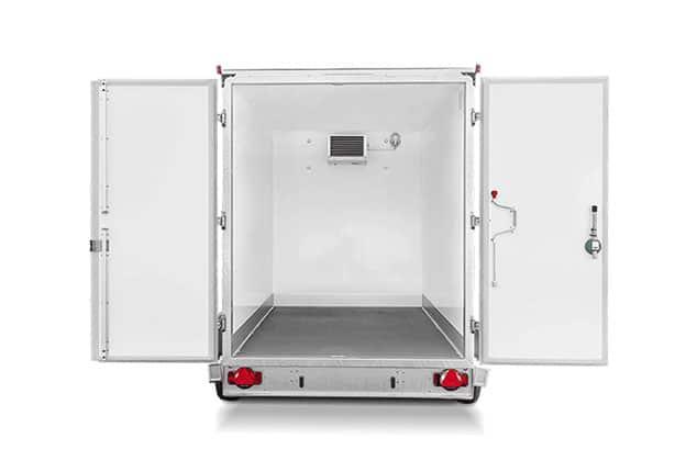 HUMBAUR Kühl Anhänger, 2 Achs Kühlanhänger, Kühlanhänger Farbe weiß, Hintertüren geöffnet, Ansicht von hinten, Aufnahme Hintergrund weiß