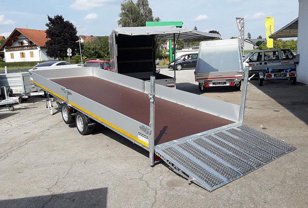 EDUARD Maschinentransporter Anhänger mit Kippsystem, 2 Achs Hochlader Anhänger, Ansicht schräg hinten, Aufnahme im Freien