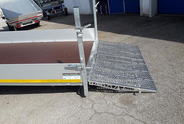 EDUARD Maschinen Transporter PKW-Anhänger, Verladerampe ausgeklappt, Ansicht seitlich, Aufnahme im Freien
