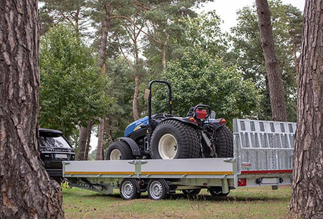 Auto Maschinentransporter EDUARD mit Ladung, 2 Achs Maschinentransporter von EDUARD, Auto Anhänger geladen, Ansicht schräg seitlich, Aufnahme im Freien