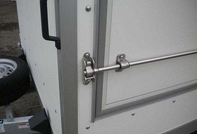 Verkaufsanhänger HUMBAUR verschlossen, Verkaufsanhänger verschlossen, Seitenteile geschlossen, Ansicht seitlich, Aufnahme im Freien