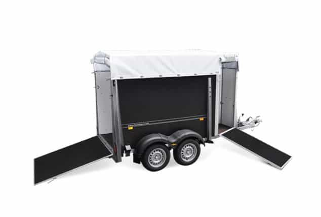 PKW-Viehanhänger, Auto Viehanhänger, Auffahrtsrampen vorne und hinten augeklappt, Aufnamhe schräg seitlich, Aufnahme Hintergrund weiß