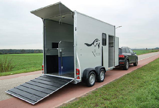 PKW-Pferdeanhänger Sirius S150, Sirius S150 Aluminium, Pferdeanhänger geöffnet, Ansicht schräg seitlich, Aufnahme im Freien