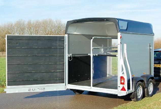 Pferdeanhänger Sirius S60, Pferdeanhänger Sirius S60 Aluminium, Ansicht schräg von hinten, Pferdeanhänger geöffnet