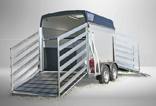 Pferdeanhänger Sirius S60, Pferdeanhänger Aluminium, Ansicht schräg seitlich, Pferdeanhänger vorne und hinten geöffnet