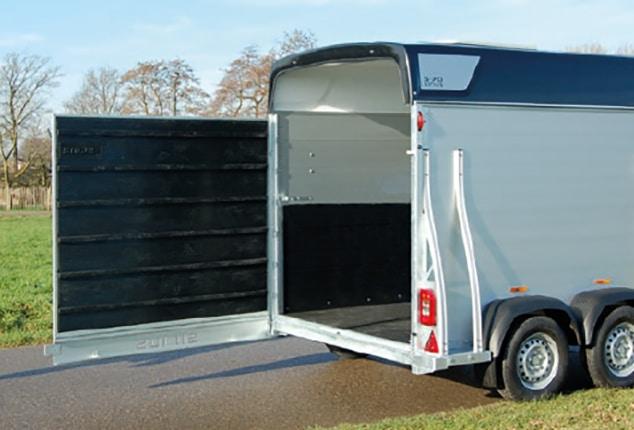 Pferdeanhänger Sirius S70, Pferdeanhänger Sirius S70 Aluminium, Ansicht von schräg hinten, Pferdeanhänger geöffnet