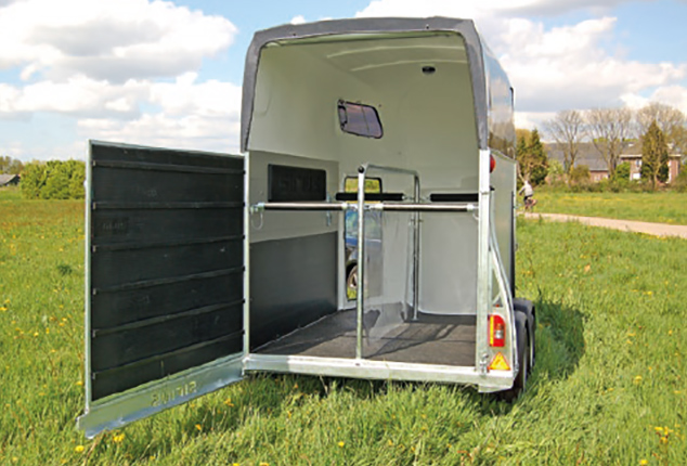 PKW-Pferdeanhänger Sirius S75, Sirius S75 Aluminium Polyester, Pferdeanhänger geöffnet, Ansicht von hinten, Aufnahme im Freien
