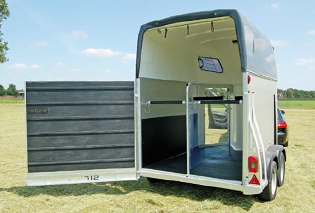 PKW-Pferdeanhänger Sirius S75, Sirius S75 Aluminium, Pferdeanhänger geöffnet, Ansicht schräg von hinten, Aufnahme im Freien