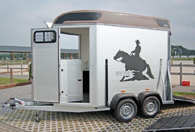Pferdeanhänger Sirius S80, Pferdeanhänger Sirius S80 Aluminium, Sirius S80 front exit, Ansicht vorne seitlich, Pferdeanhänger geöffnet