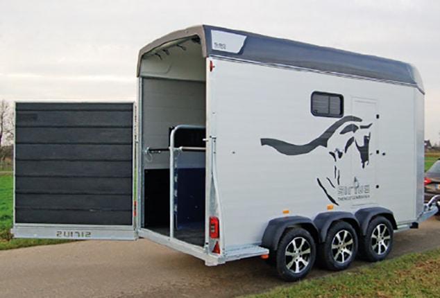 PKW-Pferdeanhänger Sirius S90 Living, Pferdeanhänger Sirius S90 Living, Pferdeanhänger hinten geöffnet, Aufnahme im Freien