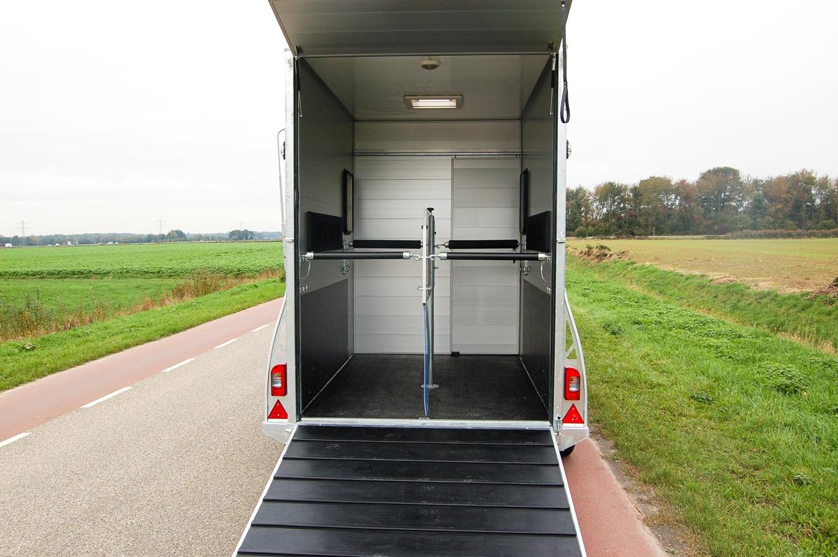 Anhänger Österreich, Pferdeanhänger, Sirius S150 Alu, Pferdeanhänger Sirius S150 Alu, Aluminium, Sirius S150 geöffnet, Aufnahme im freien, Ansicht von hinten in den Innenraum