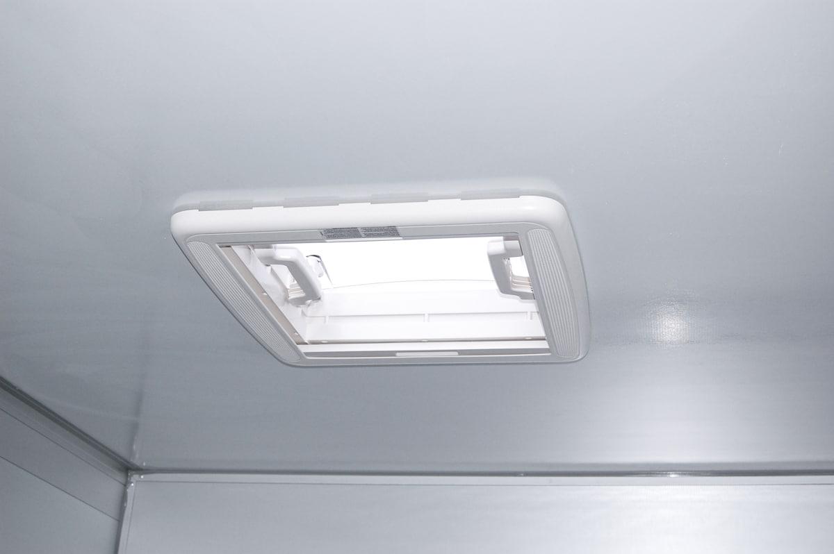 Anhänger Österreich, Pferdeanhänger, Sirius S150 Alu, Pferdeanhänger Sirius S150 Alu, Aluminium, Sirius S150 Innenraum mit Dachluke, Ansicht Innenraum des Pferdeanhängers mit Dachluke