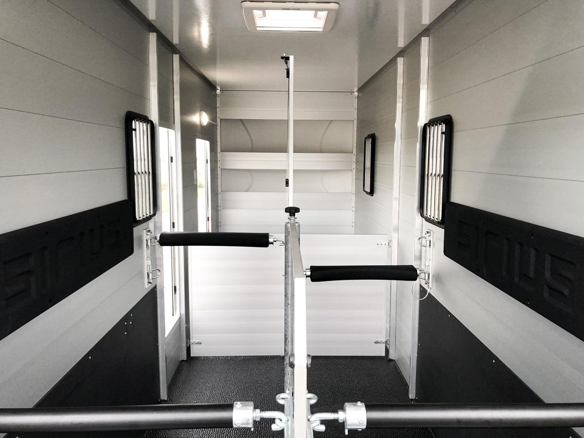 Anhänger Österreich, Pferdeanhänger, Sirius S190 Alu, Pferdeanhänger Sirius S190 Alu, Aluminium, Sirius S190 geöffnet, Aufnahme im freien, Ansicht von hinten in den Innenraum, Boxenansicht