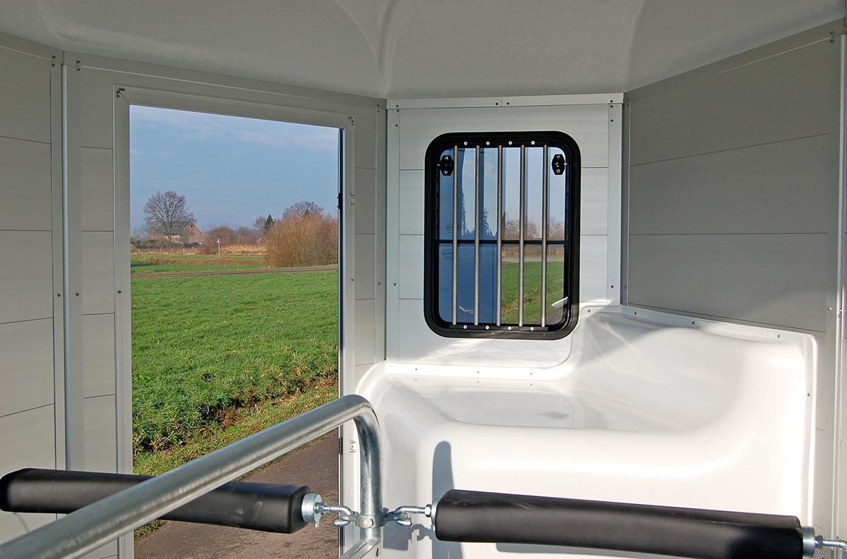 Anhänger Österreich, Pferdeanhänger, Sirius S80 Alu, Pferdeanhänger Sirius S80 Alu, Anhänger geöffnet, Ansicht der Pferdebox, Aufnahme im Freien